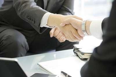 Poignée de mains : comparer des devis avant de signer