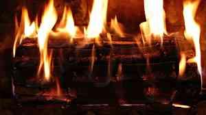 Bûche qui brûle dans le feu d'une cheminée
