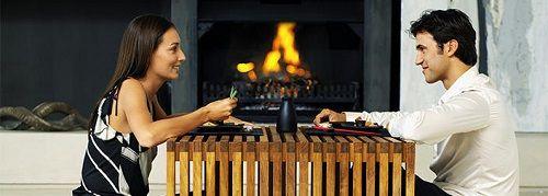 Repas d'un couple auprès du chauffage bois