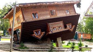 Maison renversée Pologne style années 70