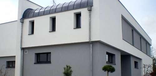 Maison sécurisée blanche et grise