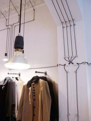 câbles noirs sur mur blanc arrangés de manière géométrique