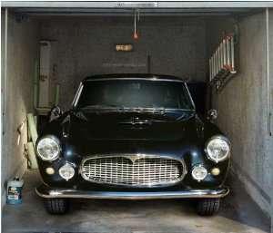 porte de garage: belle voiture noire
