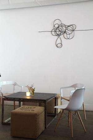 câble noir sur mur blanc, arrangement chaotique