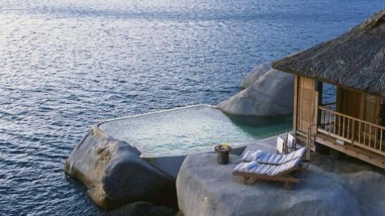 Piscine dans une roche, en pleine mer