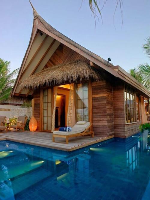 Joli maison en paille avec une piscine tout autour