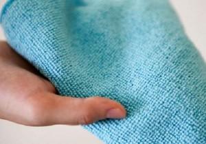 Chiffon doux microfibre dans une main