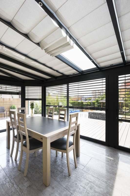veranda salle a manger store intérieur du toit ouvert