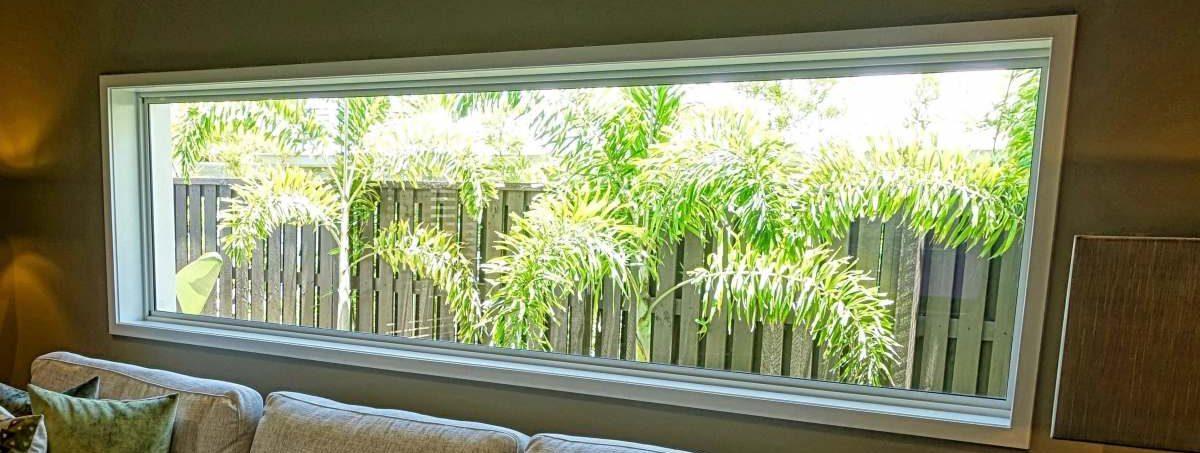 Fenêtre large vu sur jardin