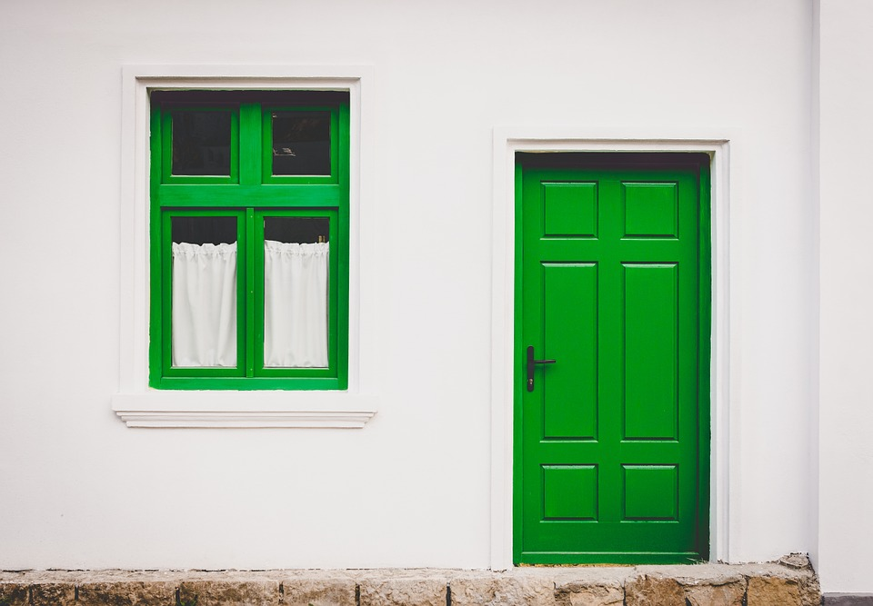 Fenêtre et porte en bois, de couleur verte
