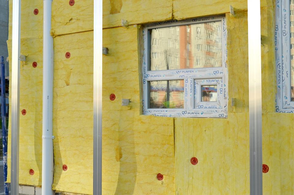 Insertion  de matériau isolant sur un mur extérieur