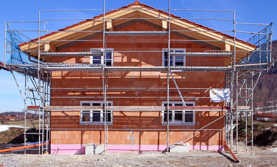 Maison en construction dont les fenêtres ont été posées.