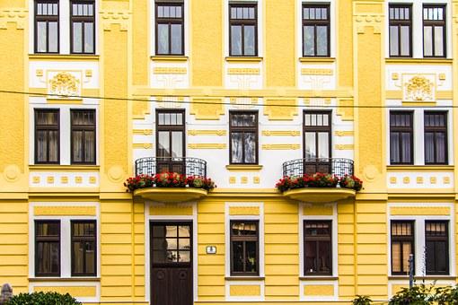 Maison jaune rénovée avec fenêtre