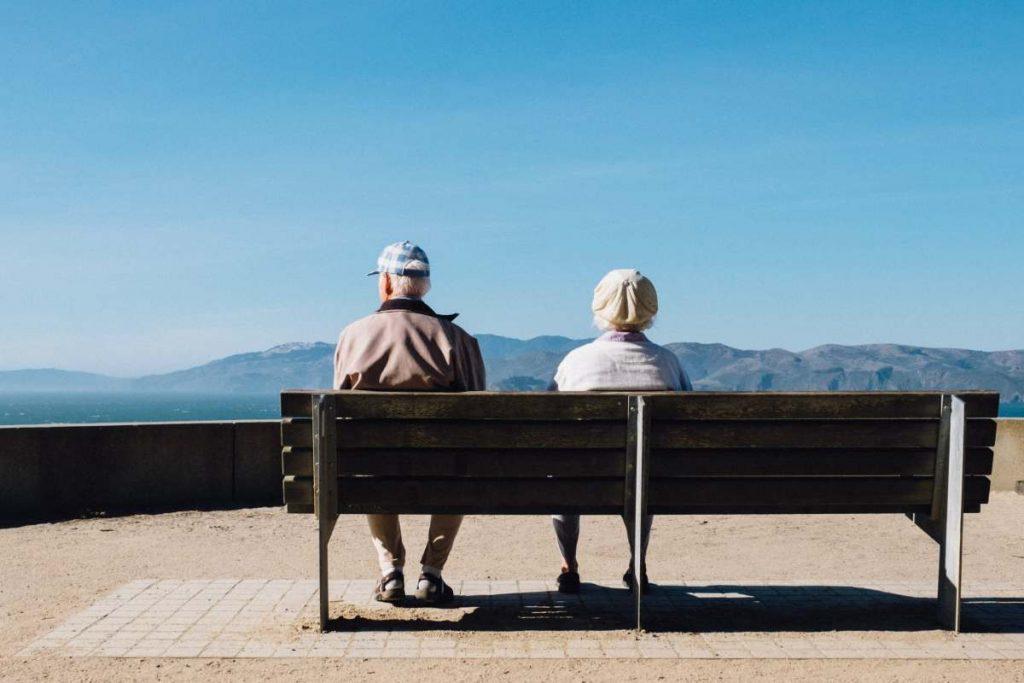 deux personnes agées assises en face de la mer