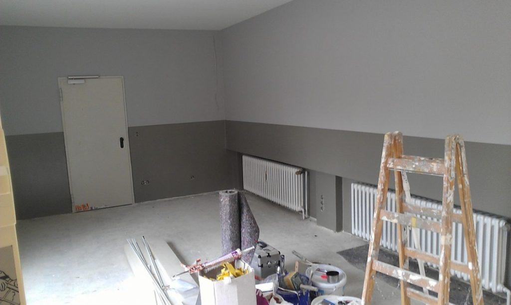 Une pièce en chantier avec du matériel et  des murs gris anthracite