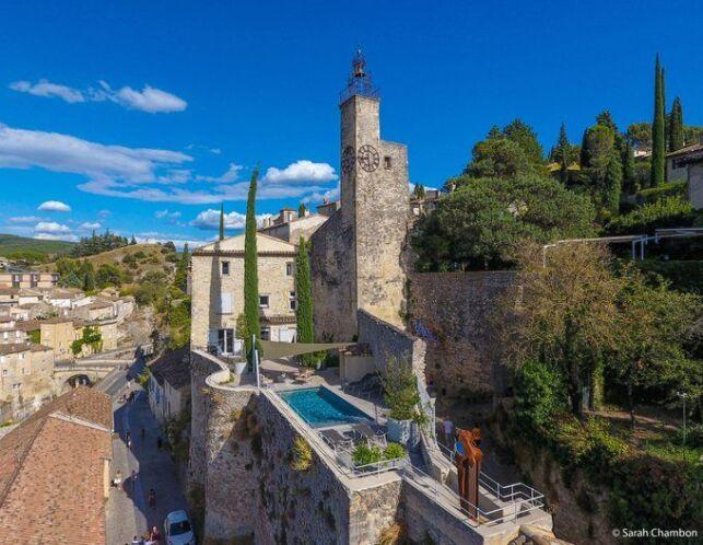 piscine centre ville d'une ville médiévale, accrochée sur le flanc d'une colline