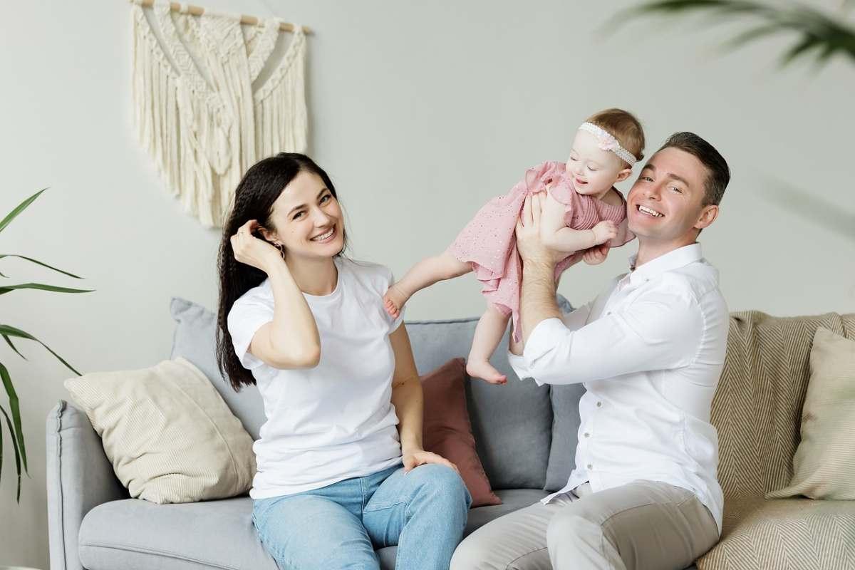 famille heureuse dans son salon