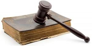 Recours justice voisine : maillet de justice