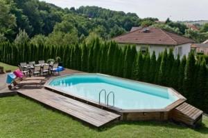 piscine extérieure entretenue