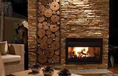 Chauffage au bois dans un salon avec stockage de bûches