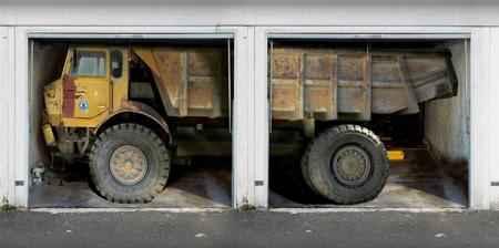 camion sur 2 portes de garage