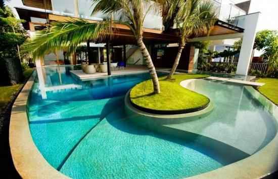 The Fish House, maison entourée d'une énorme piscine