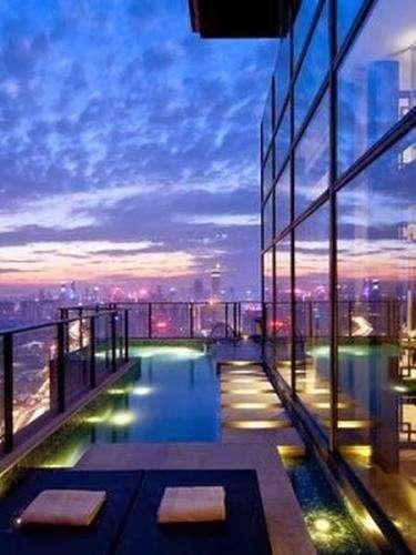 Petite piscine en haut d'un building