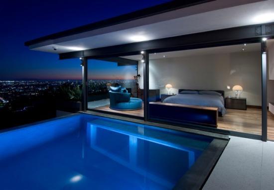 Maison de star, avec piscine avec vue sur la chambre via une grande baie vitrée