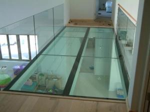Plancher en verre : le sol vitré illumine votre maison | Les Clés ...