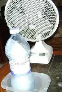 Bouteille congelée devant un ventilateur
