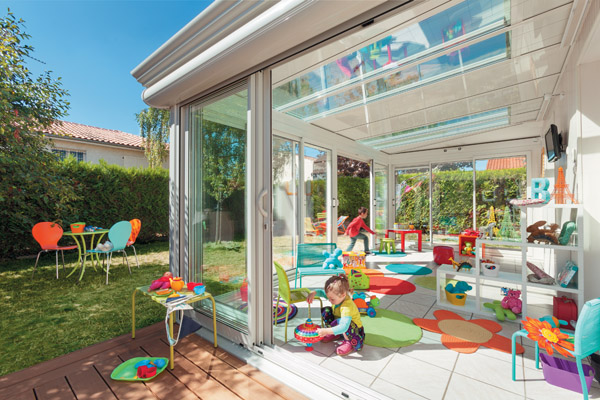 véranda toit vitré avec un enfant qui joue
