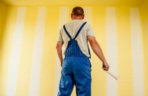 peintre devant un mur intérieur