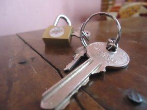 clés sur la table